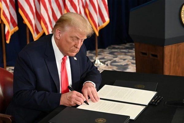 Tổng thống Mỹ Donald Trump ký sắc lệnh gia hạn cứu trợ kinh tế trong cuộc họp báo ở New Jersey hôm 8/8
