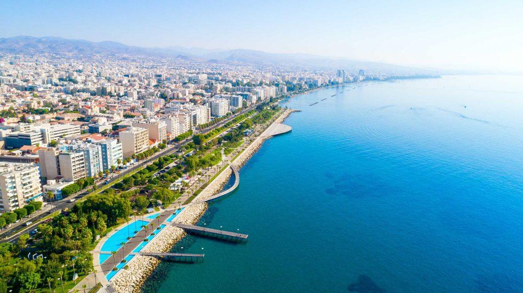 Nhìn từ trên không công viên Molos Promenade trên bờ biển trung tâm thành phố Limassol ở Síp.