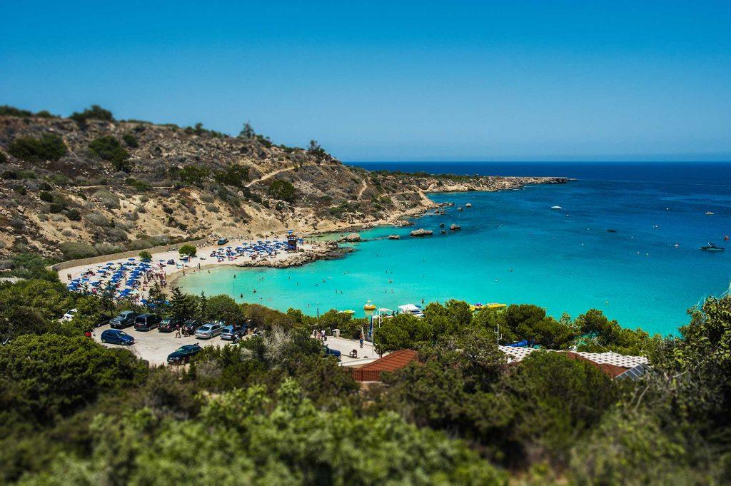 Bãi biển đẹp biển. Cảnh biển. Bờ biển tuyệt đẹp của Síp. Khu nghỉ dưỡng ở Síp.